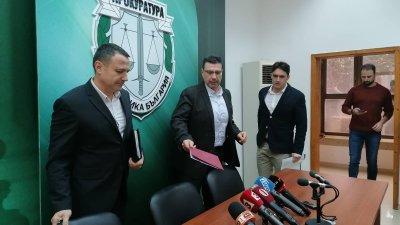 Експертизите ще установят дали боклука е токсичен, каза прокурор Чинев (в средата). Снимка Лина Главинова