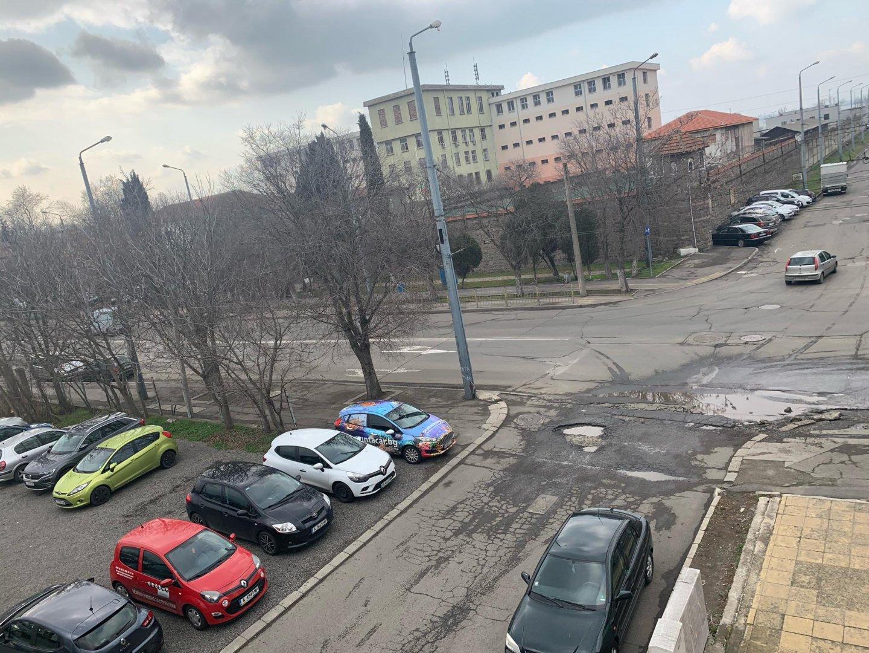 Разбитити участъци по улицата не са само в района на затвора