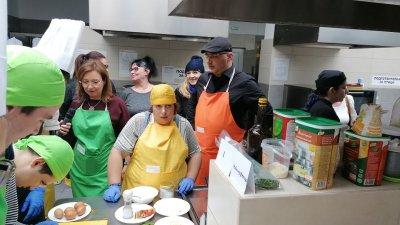 Зам.-министър Русинова сложи престилка и влезе в кухнята на ресторант Младост. Снимки Лина Главинова