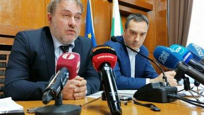 Няма да допуснем хората да бъдат в неплатен отпуск, каза министър Боил Банов (вляво). Снимка Архив Черноморие-бг