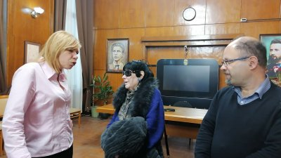 Радка Памукова (в средата) настоява за именуването на Летния театър на името на нейния ученик Емил Чакъров. Снимка Лина Главинова