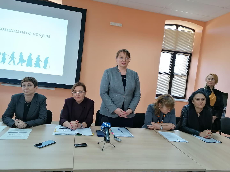 Министър Деница Савчева (в средата) презентира Закона за социалните услуги. Снимки Лина Главинова