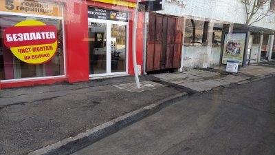 От снимката, направена от купето на Т1, ясно се вижда, че тролеят е спрял на метри след спирката