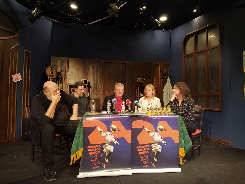 В Бургас ще бъде първата българска прожекция на фирма Паразит, уточни Стефан Китанов (в средата). Снимка Черноморие-бг