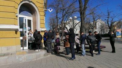 От НАП призовават клиентите си да използват електронни услуги, за да няма струпване на хора в касовия салон. Снимка Архив Черноморие-бг