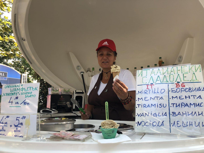 Истински италиански сладолед от шамфъстък се предлага на фермерския базар пред Съдебната палата. Снимки Авторът