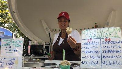 Истински италиански сладолед от шамфъстък се предлага на фермерския базар пред Окръжния съд в Бургас
