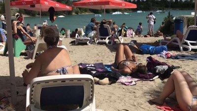 На плажа трудно може да има дистанция, но заради хубаво време все повече германци забравят за заплахата и мерките, които трябва да спазват. Снимки Пламена Гайдич