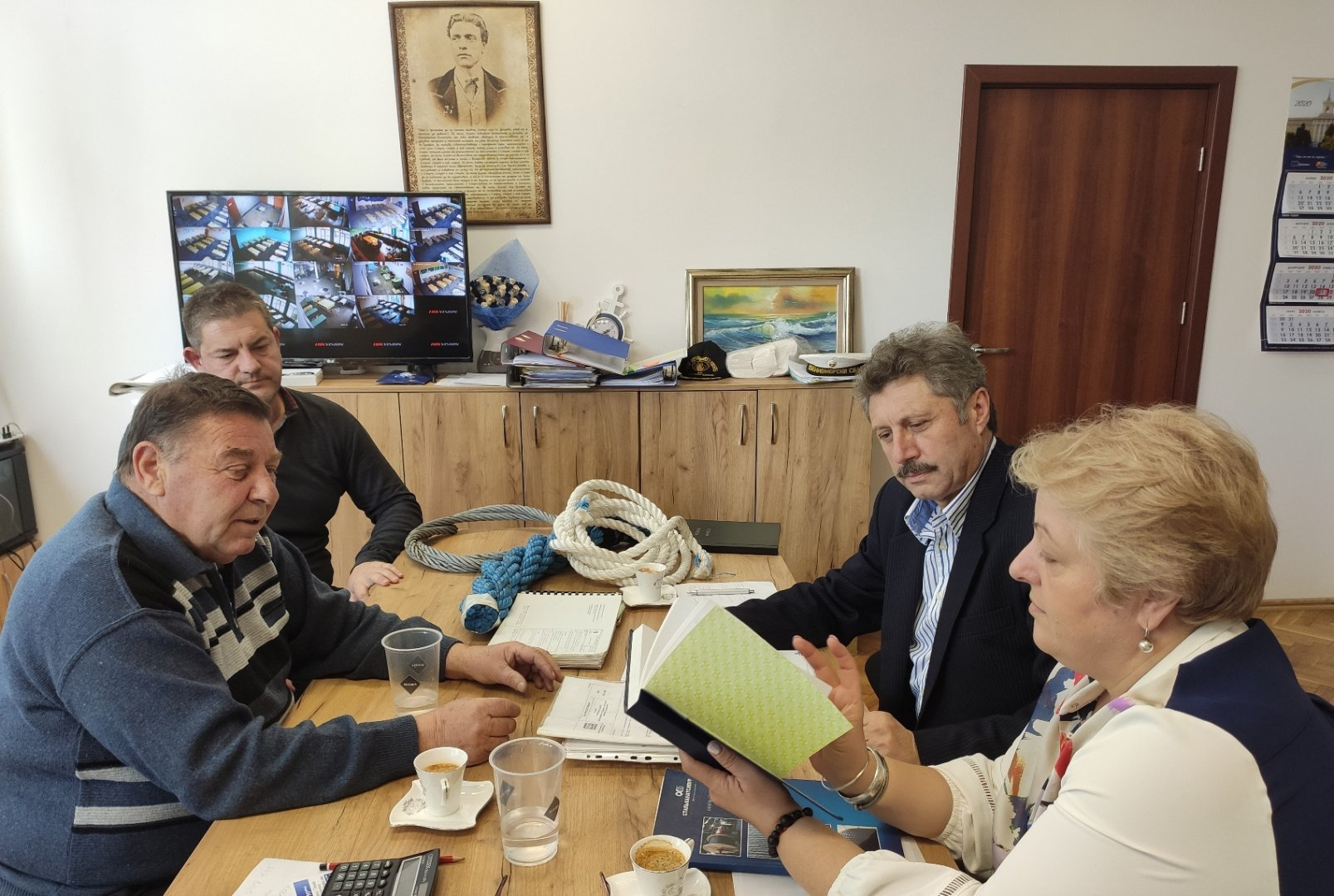 Дарението бе дадено на директора на гимназията Христина Жабова
