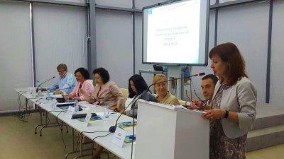 Зорница Русинова (вдясно) ще бъде на работно посещение в Бургас