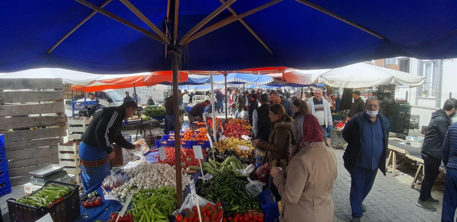 Съботният пазар на открито в Къркларели е бил пълен с местни. Снимки Недрет Бензет