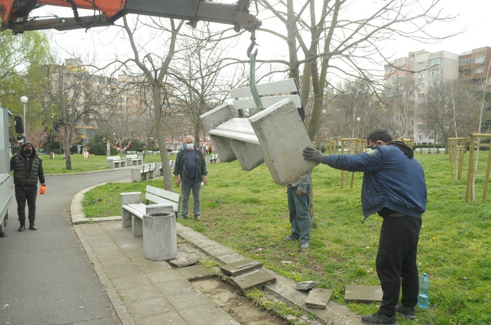 Демонтирането на пейките се извършва поетапно. Снимки Лина Главинова