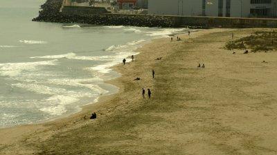 Не липсваха хора и на плажа в Бургас миналата събота, въпреки че разходките са забранени. Снимка Архив Черноморие-бг
