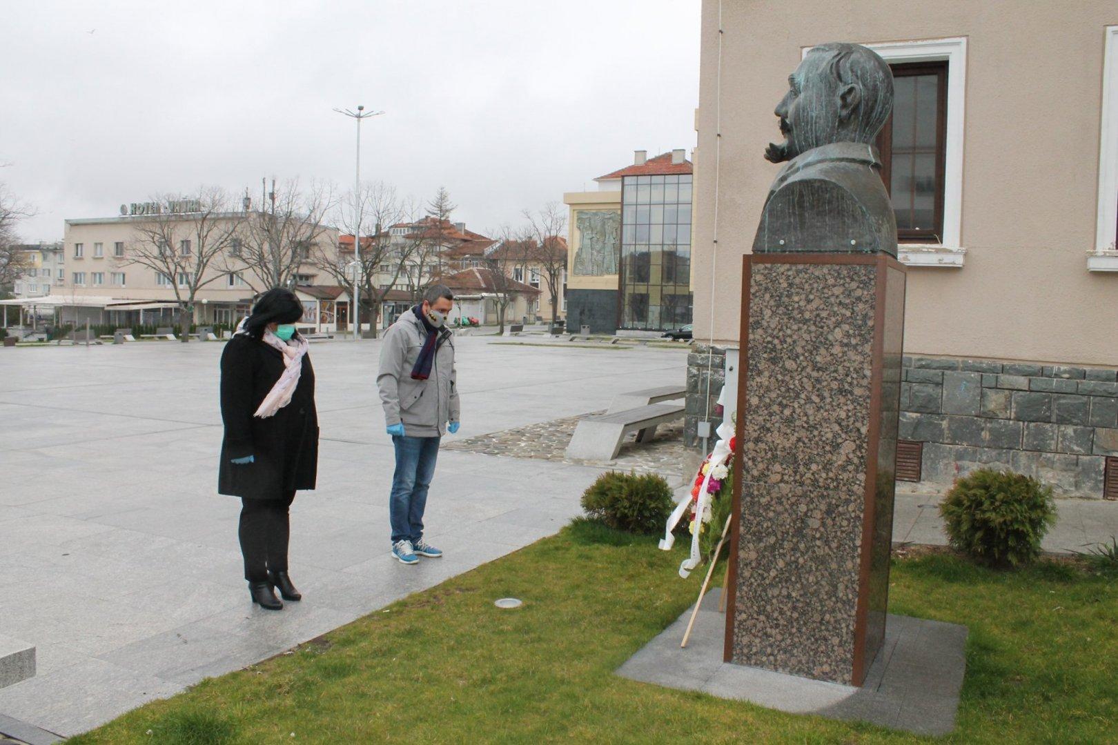 Председателят на Общински съвет в Царево - Таня Янчева и кметът на Царево Георги Лапчев поставиха венец пред паметника на Георги Кондолов. Снимка Община Царево