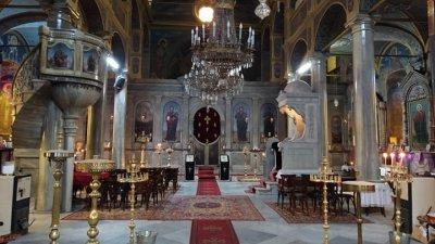 От въвеждането на извънредното положение в страната миряните, които палят свещ в църквата са рядкост. Снимка Черноморие-бг