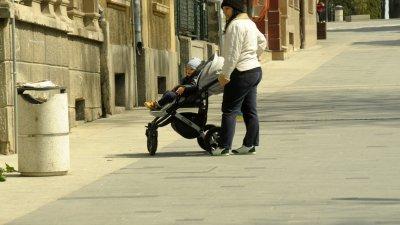 Родители с малки деца излязоха навън вместо да останат у дома. Снимки Лина Главинова