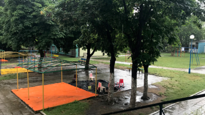 Наводнен е един от дворовете на градина в Бургас. Снимка Община Бургас
