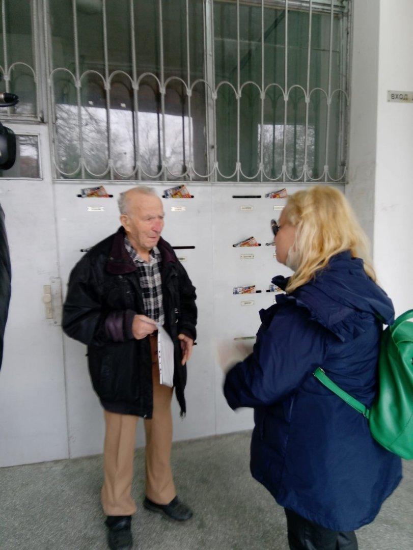 Тони Димитрова зарадва рожденика. Снимки Община Бургас