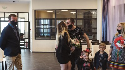И при първата семейна целувка бяха спазени противоепидемиологичните мерки. Снимки Роберт Джендов