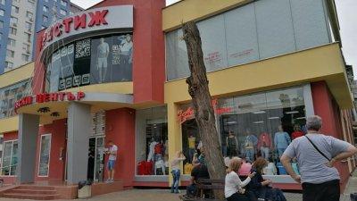 Работещите и собственици на магазина са изведени навън. Снимки Черноморие-бг