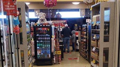 Навсякъде в супермаркетите има указания за посоките на движение, а на много места са удвоили охраната, за да следи дали се спазват мерките. Снимки Славена К. Харел