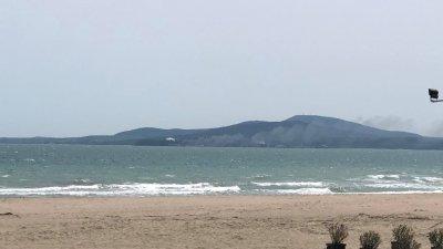 Задимяването на района се вижда от плажа в Бургас. Снимки Черноморие-бг