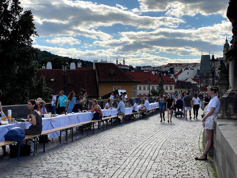 С организирана вечеря на Карловия мост в Прага казаха чао на вируса. Снимка Джейсън Пиродски