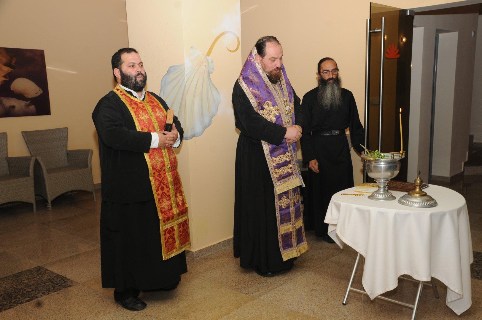 Негово Преосвещенство Агатополски епископ Иеротей извърши водосвет преди началото на срещата. Снимки Татяна Байкушева