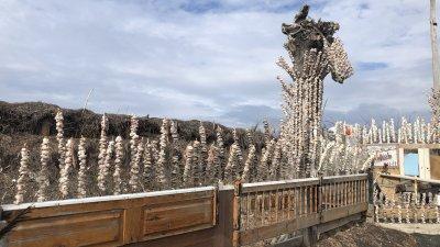 Арт инсталацията прилича на жилище на морския бряг. Снимки Авторът