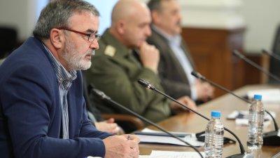 Не можем да спрем циркулацията на вируса, но го задържаме, коментира д-р Кунчев (вляво). Снимка Министерски съвет