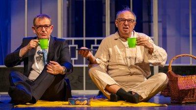 Михаил Билалов (вляво) и Николай Урумов са гостуващите актьори в постановката на русенския театър. Снимка ДТ Сава Огнянов