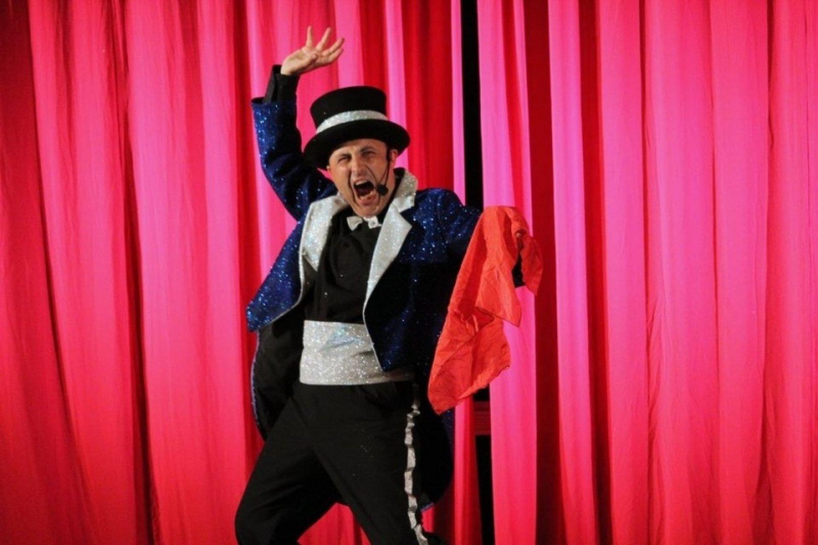 Руслан Майнов е един от актьорите, които участват в спектакъла