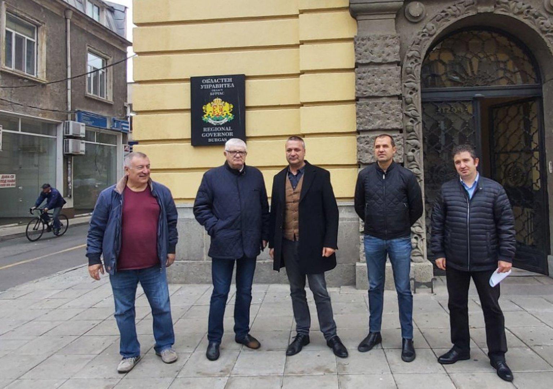 Водачът на листата Петър Кънев (вторият отляво надясно) с колегите си от БСП входираха листата в РИК. Снимки БСП - Бургас