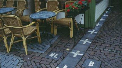 Някои улици в холандския град Баарле-Насео са разделени с бяла маркировка, която показва дали сте в Холандия или в Белгия. Снимка Jerome Kunegis