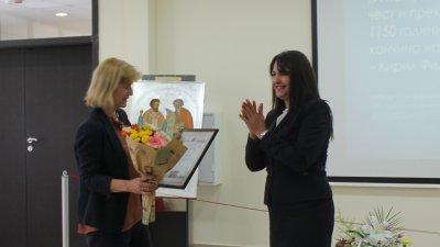 Отличието бе връчено на Мария Бенчева (вляво) от зам.-областния управител Севдалина Турманова. Снимка Черноморие-бг