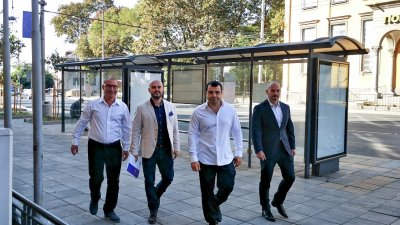 Константин Бачийски (вторият отдясно наляво) подаде документи в ОИК. Снимка СЕК