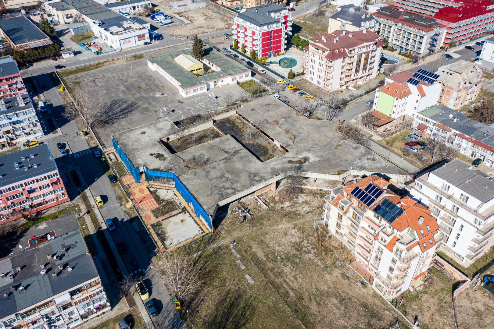 Това е теренът, който ще бъде продаден с пряко договаряне. Снимка Слънчев бяг АД
