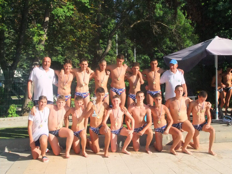 Купата момчетата на старши треньора Петър Йонов вдигнаха на басейн Флора. Снимки Черноморец
