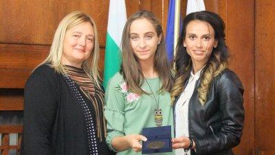 Ани Бошева (вляво) не скри вълнението си от постижението на Стефани. Снимка Авторът