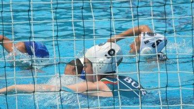 С медалите се окичиха дамите, които се класираха на трето място в държавното първенство по водна топка. Снимки СКВТ Черноморец