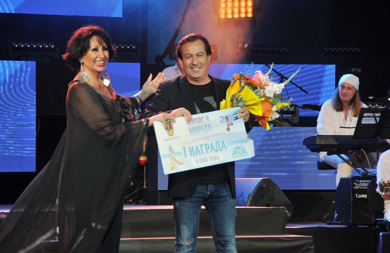 Йорданка Христова връчи първата награда на колегата си Дани Милев. Снимки Лина Главинова