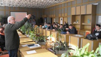 Ваньо Вълчев за първи път се срещна с възпитаници на ПГЕЕ Константин Фотинов. Снимки Лина Главинова