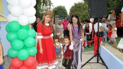 Катя Мишева и Нуанлак Чароенсап въведоха най-малките дечица в градината. Снимки Лина Главинова