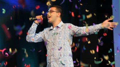 20-годишният Александър Томов впечатли публиката в Летния театър с песента Мечтай, море. Снимки Лина Главинова