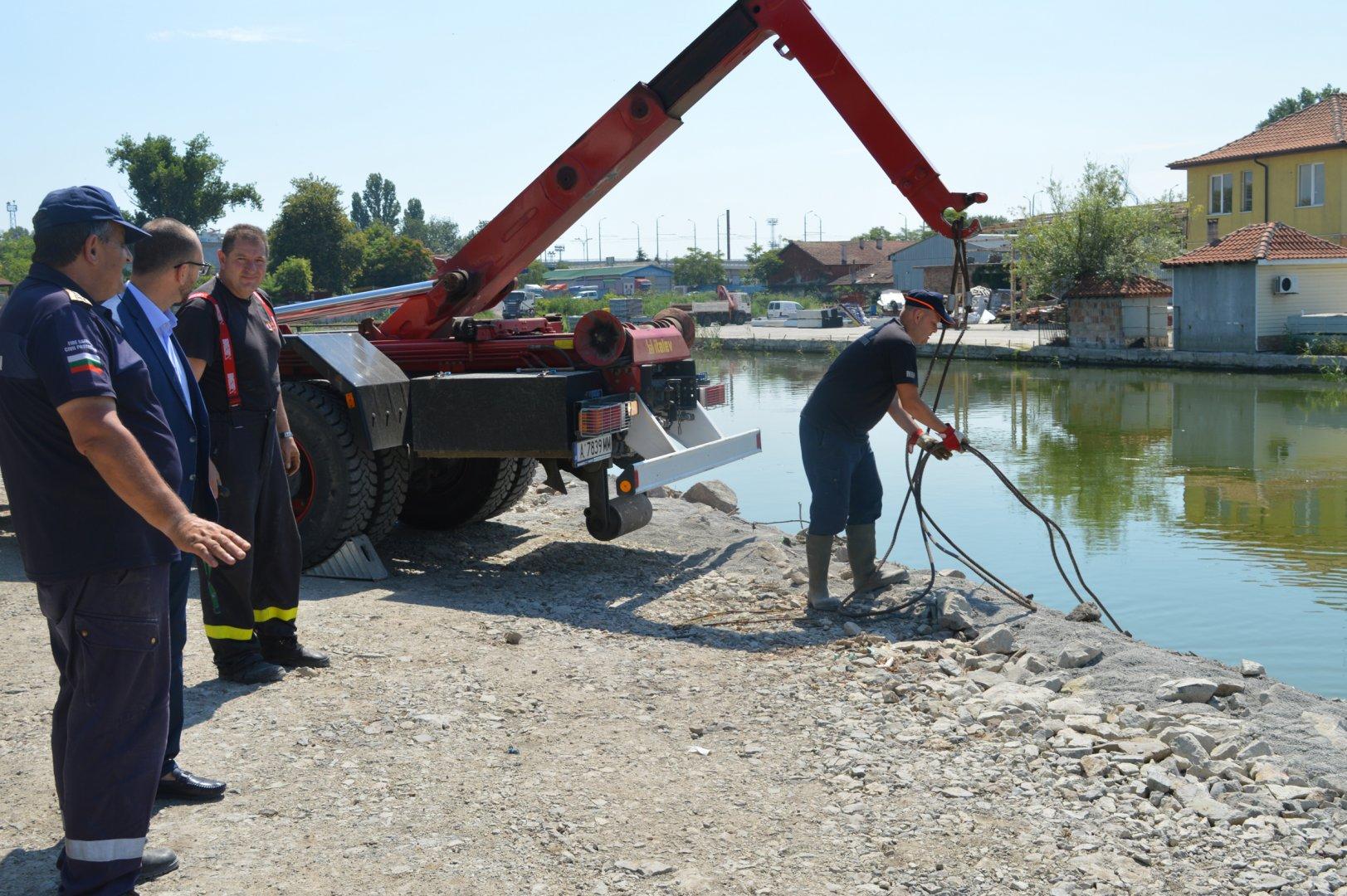 Почистването на канала стана по проект на областна управа