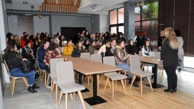 Конферентната зала на ресторант Младост разполага с 50 седящи места. Снимки Лина Главинова