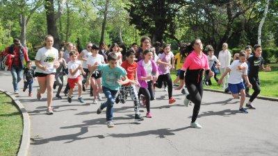 Над 30 ученици се включиха в бягането по алея Журналист. Снимки Лина Главинова