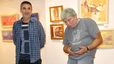 Тихомир Витков (вдясно) гостува в галерия Бургас заедно с приятеля си Миню Бонев. Снимки Лина Главинова