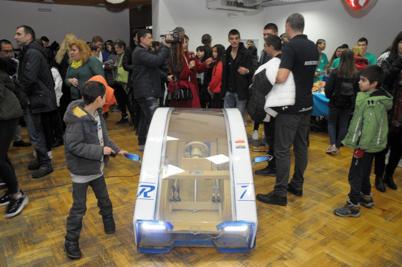 Електромобилът предизвика интерес сред дошлите на изложението. Снимки Лина Главинова