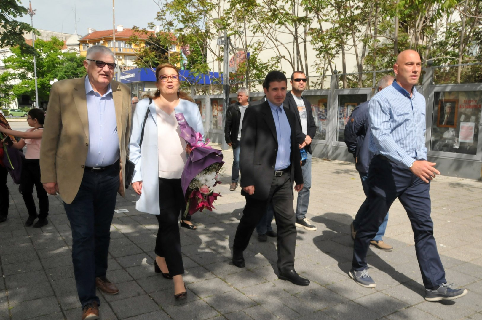 Деница Златева дойде заедно с депутатите Петър Кънев (вляво), Николай Тишев (вдясно) и Живко Господинов - общински лидер на БСП - Бургас. Снимки Лина Главинова